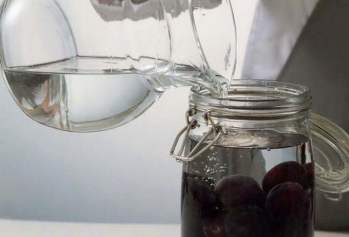 Домашняя настойка из сливы с медом и корицей получается очень ароматной, нежной с кисло-сладким вкусом.